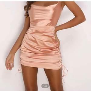 Skitsnygg silkesklänning men tyvärr lite för stor för mig. 🥰 köpte står för frakt