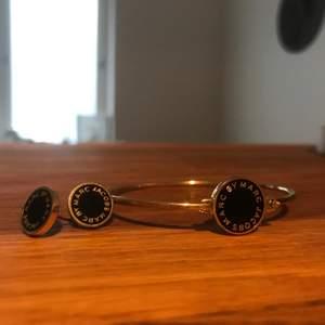 Båda för 500! Modell: Logo Disc Bangle Logo Disc Stud Earrings