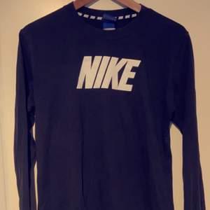 NIKE tröja använd men i gott skick. Fina detaljer på armarna samt ryggen. Köparen står för frakten ☺️