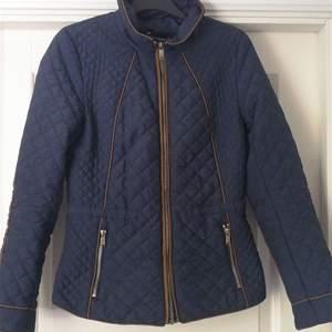 En jättefin jacka ifrån hm, inköpt för ett par år sen och finns inte att köpa längre. Säljer pga att den blivit för liten. Fint skick. Köptes för 600 kr, säljer för 260 kr inklusive frakt.