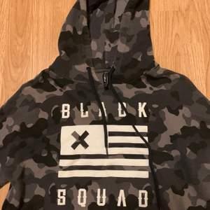 Black Squad magtröja i storlek M. I gott skick, endast använd några gånger, och har tyvärr växt ur den nu. Pris kan diskuteras, du som kund står för frakt!