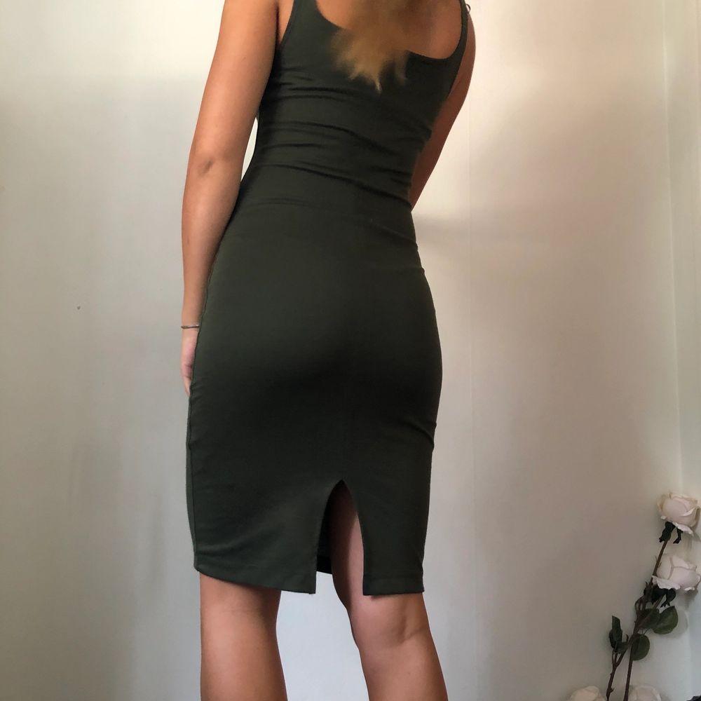 Säljer denna militärgröna klänning då det ej kommer till användning. Den har en trendig liten slits längst ner där bak. Stl S 🌸. Klänningar.