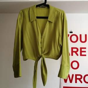 Kort oversize skjorta från Zara. Aningen mer limegrön i verkligheten. Fint skick, använd endast någon gång. Strl XS.