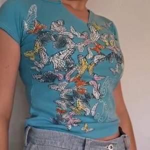 T-shirt med fjärilar på strl xs/s. Frakt tillkommer.