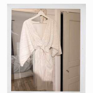Fin klänning som används 1 gång till ett event, som ny!  Fler bilder kan skickas, frakt tillkommer 🌼 Jag är storlek S och klänningen XS, den sitter fint!