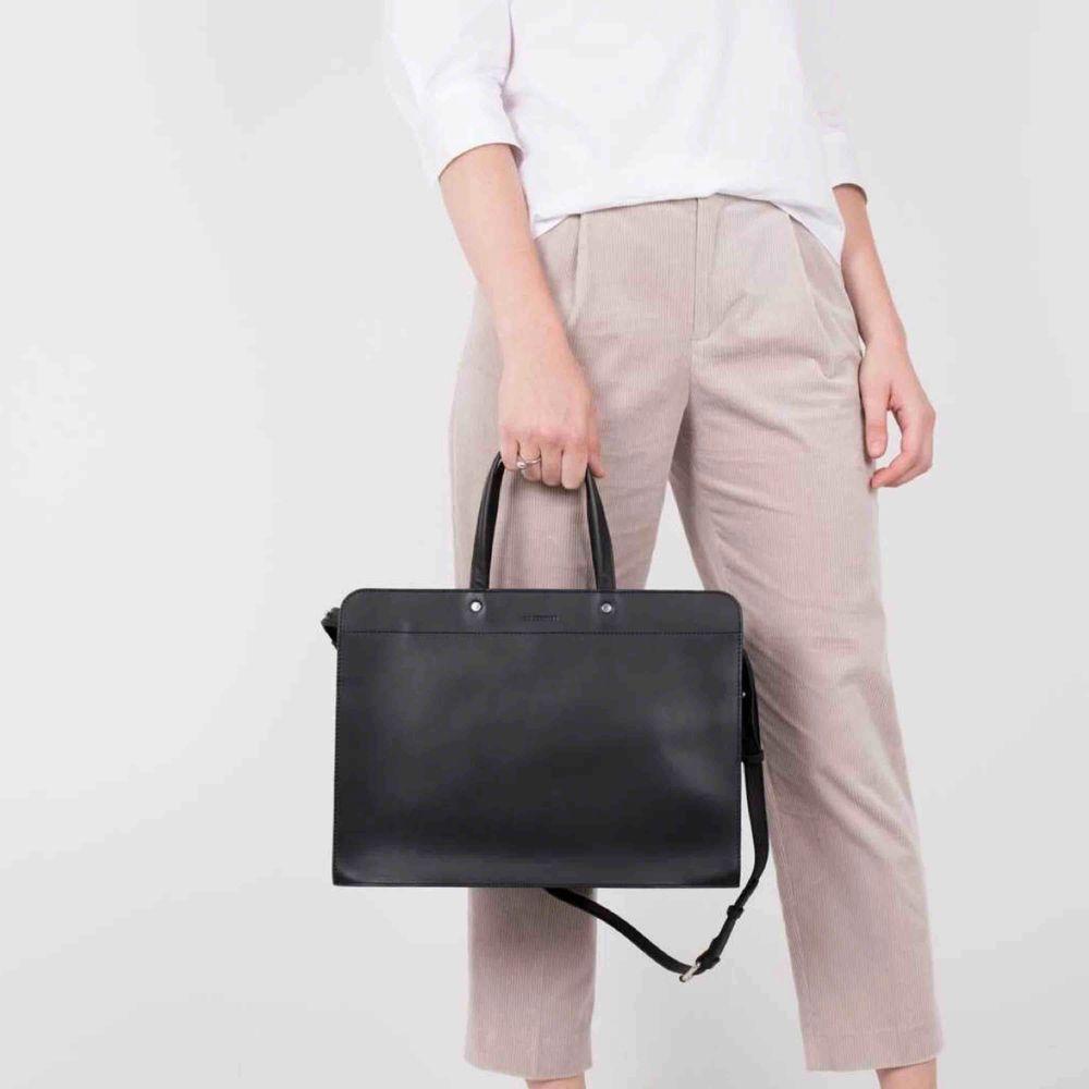 Säljer nu min fina datorväska från Sandqvist i modellen Stina pga inköp av ryggsäck istället.   Väskan är hel men i begagnad skick. Fint om man gillar när skinn inte ser helt nytt ut :-) Köptes för 2795 kr på NK för ca 1 år sedan. Skickas ej. . Väskor.
