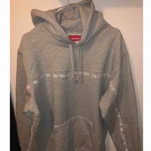 Helt ny Supreme tröja köpt på deras hemsida FW18 Bara uppackad för att ta kort på den. Storlek L
