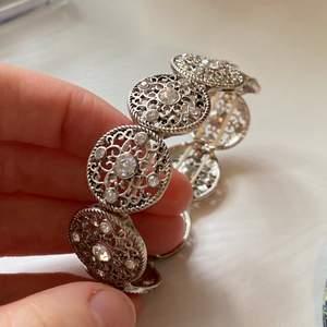 Superfint silvrigt armband med stenar i. Säljer då jag inte använder, använt fåtal gånger så i fint skick!