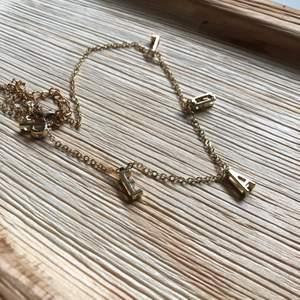 """Guldigt halsband med bokstäverna """"PEARL"""". Frakt tillkommer på 11kr🤍"""