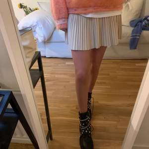 Balla boots från Zara i skinn med snygga detaljer. Använda fåtal gånger förra hösten så mycket fint skick! Frakt ingår🤩