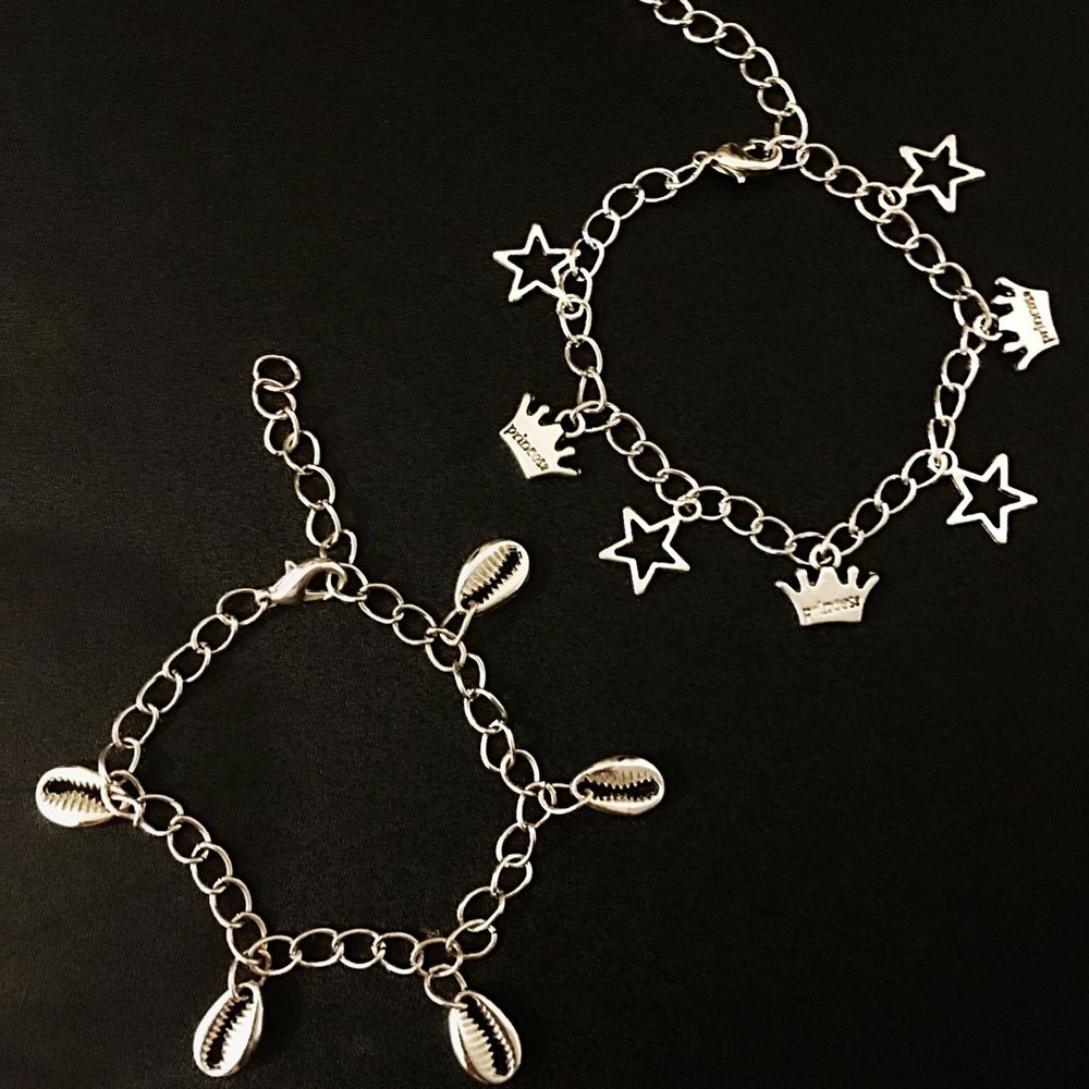 Dessa kedjearmband finns både i guld och silver ⚡️⚡️⚡️⚡️ ⚡️⚡️. Accessoarer.