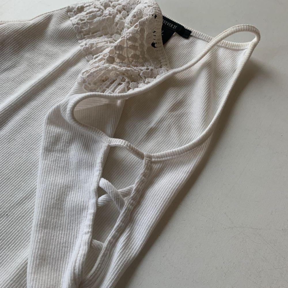 Budgivning i kommentarerna, från 50kr. Frakt ingår ej. Jag säljer ett vitt linne med detaljer, i st S från Forever 21. Väl använd, men absolut inget fel på den. Swipe för fler bilder.. Toppar.