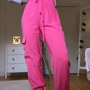 Rosa cargopants, med två fickor på benen. Aldrig använda då den inte är min färg. Frakt ingår💖