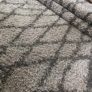 Köpte min matta förra året från Mio för 2,500. Den är väldigt fin och varm till vintern