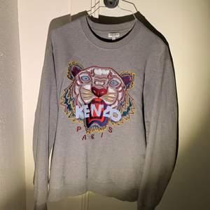 En grå kenzo tröja köpt från farfetch.com i storlek M. Bra skick inga fläckar. Nypris 2199