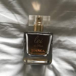 """Den """"mognare"""" doften av biancas parfymer. Knappt använd, se andra bilden. 50 ml flaska."""