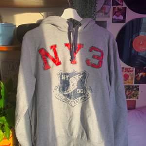 jättefin hoodie i superbra skick! står stlr. L men skulle säga att den är som en M typ! budgivning om många är intresserade:) frakt: 63kr spårbart💕💕💕