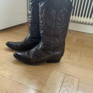 Fett coola bruna cowboy boots. Sköna att gå och dansa i. Passar till allt! Jeans, kjol eller kostymbyxor