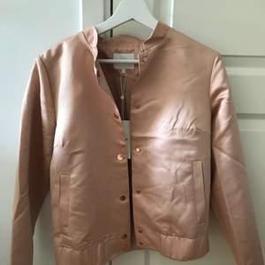 Ljusrosa jacka ifrån vila! Köptes för 449kr aldrig använd!! Rosé detaljer