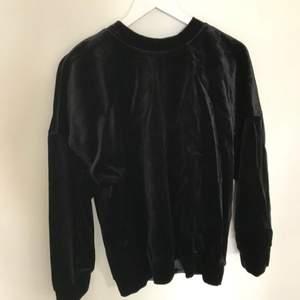 Superfin helt oanvänd (endast provad hemma) svart tröja från &other stories! I sammet. Storlek 36, men är lite oversize så passar även 38.