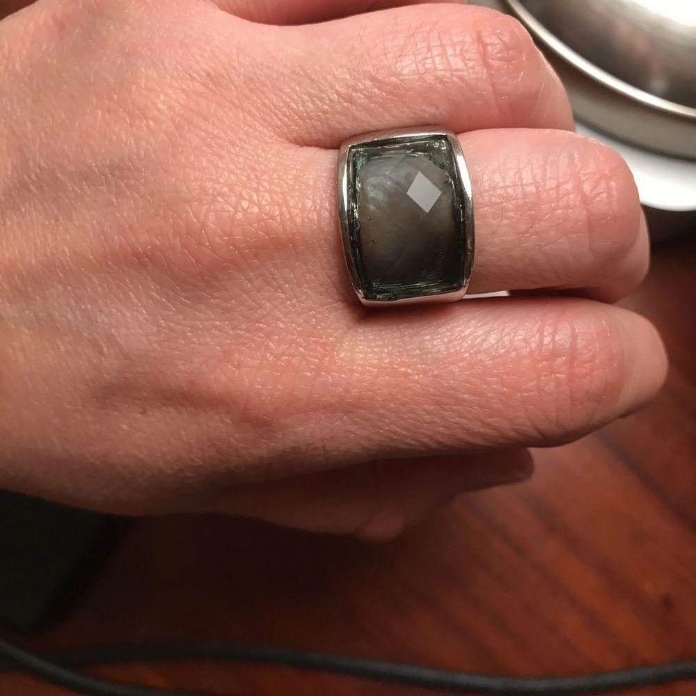 Ring snö of sweden ny sten är blue  har en till med röd sten  Modell Olivia ring M jeans blue. Accessoarer.