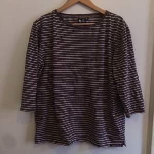 En långärmad mysig tröja från Cheap monday. Brunvit-randig. Stl M.
