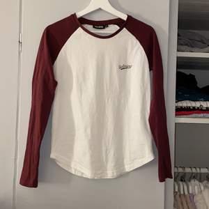 En fin tröja från märket Salming. Vinröda armar och även märket är vinrött! Endast testad, men skrynklig då den bara legat i garderoben och skräpat. Jätteskön och tunn, men ändå inte genomskinlig. Stl XS men passar S också. Nypris ca 400kr🤍