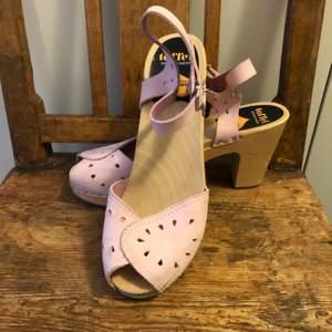 Ljusrosa Moheda toffel. Älskar den här skon men har inte använt dem så mycket som jag hade hoppats. Ljusrosa läder och 9,5cm hög klack.