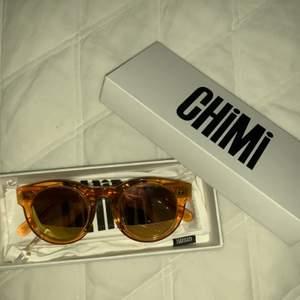 Jag säljer mina Chimieyewear solglasögon 003 peach spegelglas! Jätte fint skick, inga repor i spegelglaset, knappt använda! Nypris 899kr, startbud 350kr