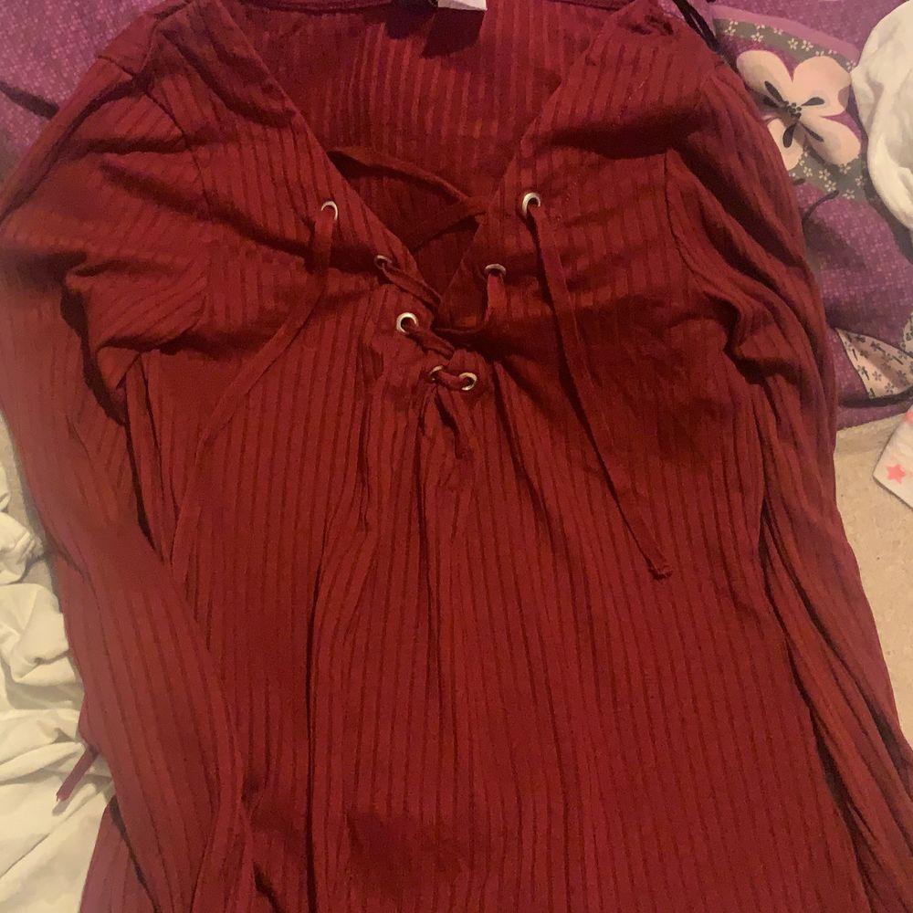 En fin urringad tröja från hm färgen röd. Passar inte längre därför säljer jag. Skriv för intresse. Möts bara upp.. Tröjor & Koftor.