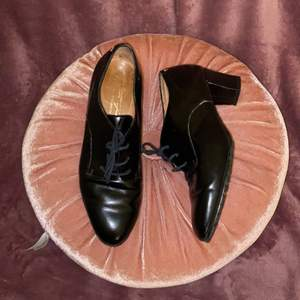 Äkta vintage PERTTI PALMROTH skor i svart läder. Använda, skråmor och repor på lädern som syns på nära håll men annars i väldigt bra skick! ✨