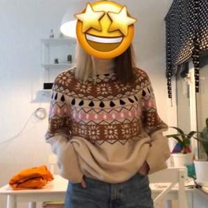 En stickad tröja ifrån gina tricot! Storlek L men jag som är en S har den som en oversized tröja🥰 säljs då jag inte har använt den så hoppas någon annan får användning av den❤️