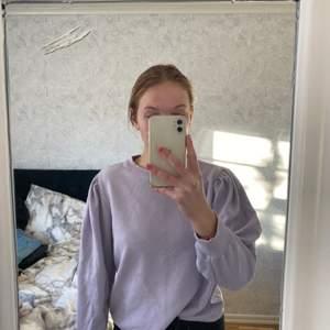 Super fin lila tröja med puffärmar, köpt från lager 157 och är använd Max 5 gånger! Super bra skick! Är villig att fixa paketpris vid köp av flera plagg!:)