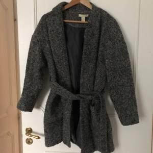 Grå kappa från H&M i storlek 36. Köpare står för frakt