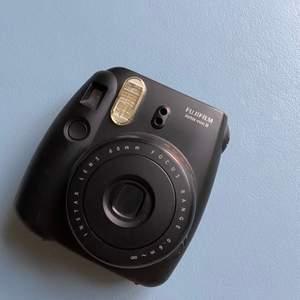 Polaroidkamera från Fujifilm, Instax mini 8. FUNGERAR perfekt skick men säljes då den inte används. Film ingår ej ✨