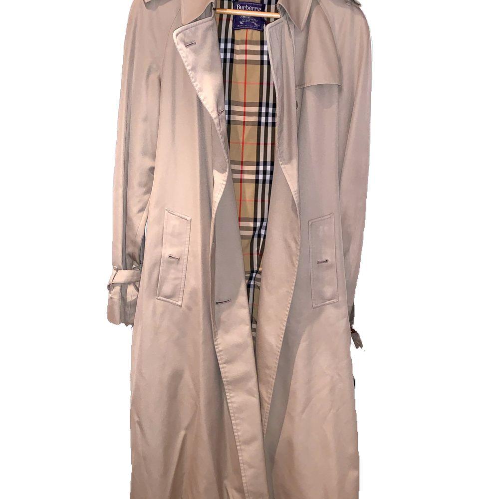 Riktigt fin kappa i bra skick, vintage, lång, trendig! Kan mötas i Malmö/lund men kan även frakta och då delar vi på frakten. . Jackor.