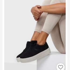 Svarta skitsnygga sneakers i nyskick från Nelly, använda endast 1 gång då jag beställde samma skor i en annans storlek istället.  Har en vit lite högre sula/platåsula. Inköpspris 600, just nu slutsålda på hemsidan. Klämmer och skaver inte, jättesköna! 🥰