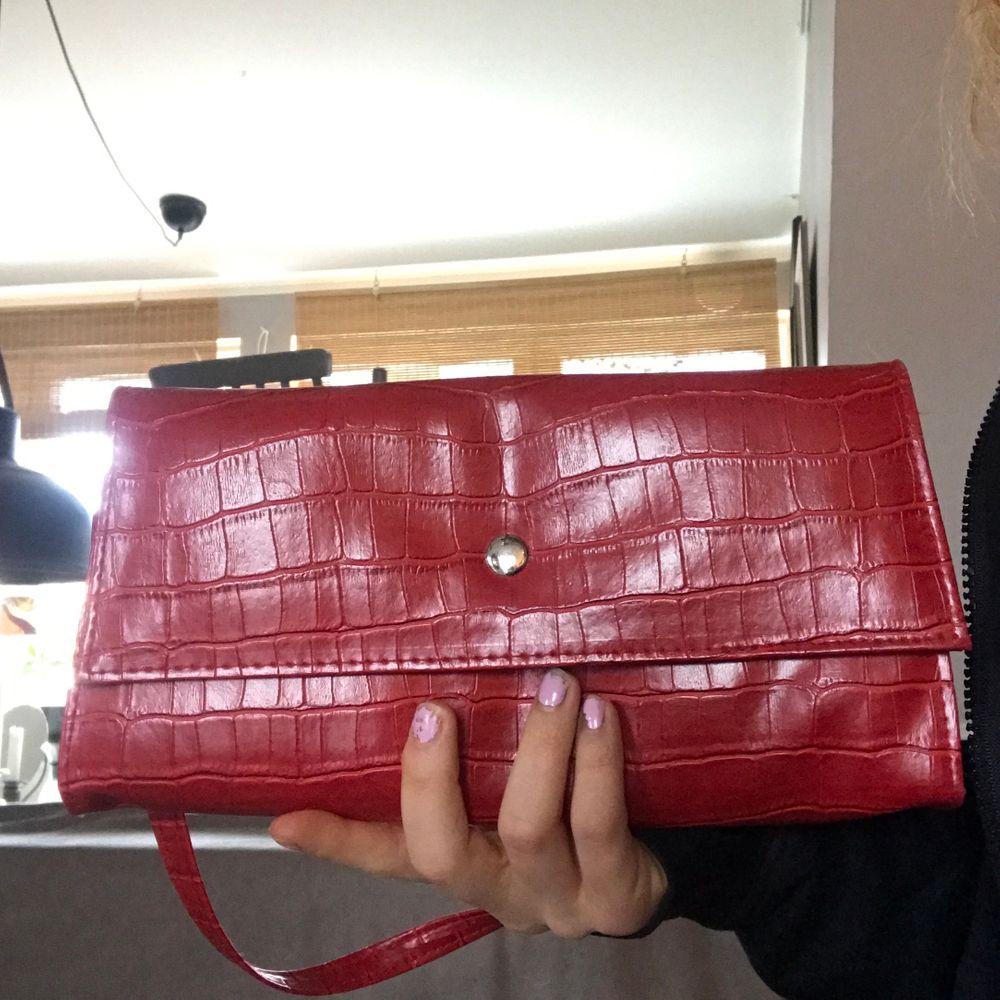 Söt röd shoulderbag! Avtagbart band ❤️. Väskor.