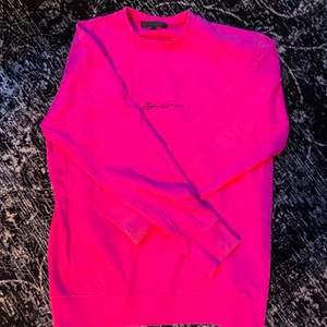 En mörkrosa tröja som jag har använt en gång för något år sedan, gillade inte färgen så därför hade jag ej på mig den så mycket. Storlek S men den är ganska stor ändå.