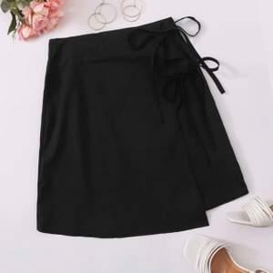 Säljer denna söta kjol. Helt oanvänd, då den är för kort på mig (som är 178cm), men skulle defenitift rekommendera för någon kortare! Går att knyta till den passform man själv vill ha.