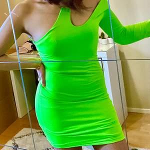 Trendig neongrön festklänning från Bershka! Använd 1 gng, NYSKICK!!💘💘 Storlek S, kan även bäras som off shoulder (bild 3). På mig går klänningen till mitten av mina lår, Min längd: 167cm