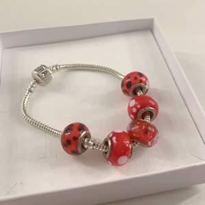 Jättefint oanvänt armband ifrån Pandora 🤍 Säljer pågrund av att jag fick det i present och inte är i min stil. Köparen står för frakt 🤍🤍 priset kan diskuteras