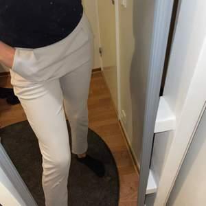 Kostym byxor jätte fina , men har ett litet hål vi knän men de går att sy syns inte så mke