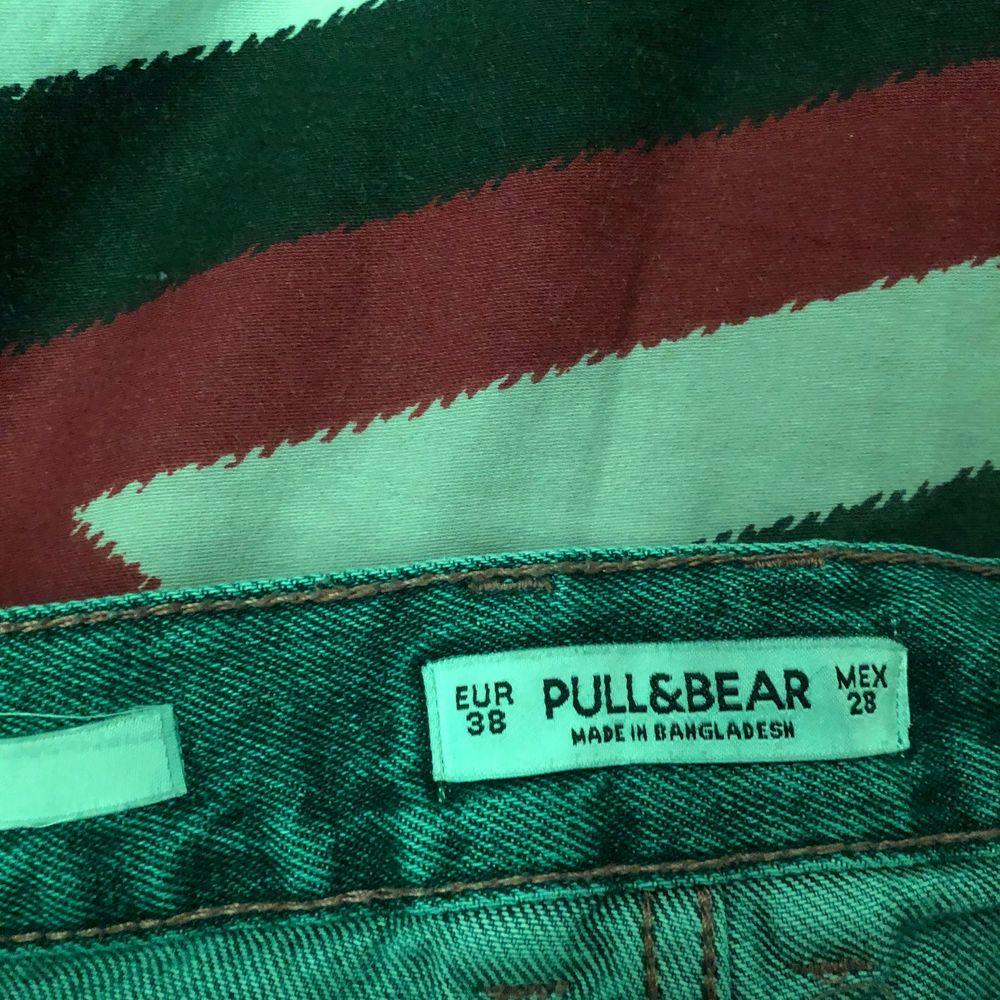 Aldrig använda! Sitter perfekt som baggy jeans ska, inget skärp behövs eftersom att midjan inte är stor. Pris kan diskuteras 💗 frakt tillkommer, dem e blåa. Jeans & Byxor.