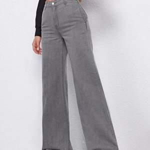 Dessa byxor är köpa från shein i storlek  S jag är cirka i 160 och de är extremt långa för mig men de sitter super snyggt vid rumpa,midja och lår! Om du är ungefär lika kort som mig så kommer du behöva klippa/sy upp de lite men jag säljer de till ett bra pris och utöver att de är långa är de supersnygga!