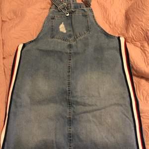 Den är fin jeans kjol har använt en gång men passar inte för min still längre.