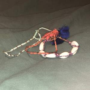 Tre anklets från PULL&BEAR. Aldrig använda. 5kr/st för den röd/rosa och blå/gröna, 10kr för den med snäckor. Alla tre för 15kr! Köparen står för frakt!