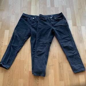 Jag har 2 par svarta jeans. Par 1: W 30/76 cm, L 32/81 cm. Par 2: W 30/76 cm, L 34/85 cm. Jeansen kommer ifrån Asos, 225 kr styck frakt är medräknad i priset.