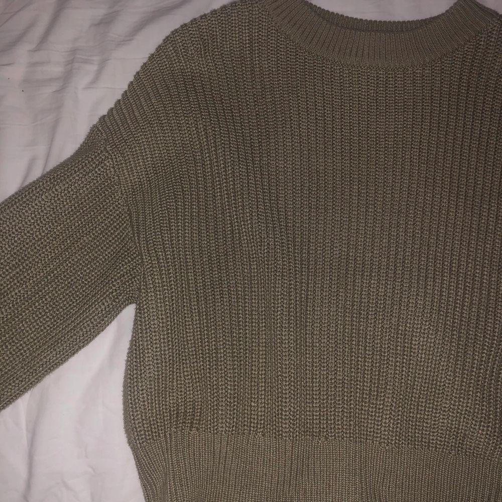 Jag säljer en sjukt fin ljus grön stickad tröja från H&M med bra kvalitet då den enbart har använts några få gånger💕. Säljer den då den tyvärr inte kommer till användning längre.. Stickat.