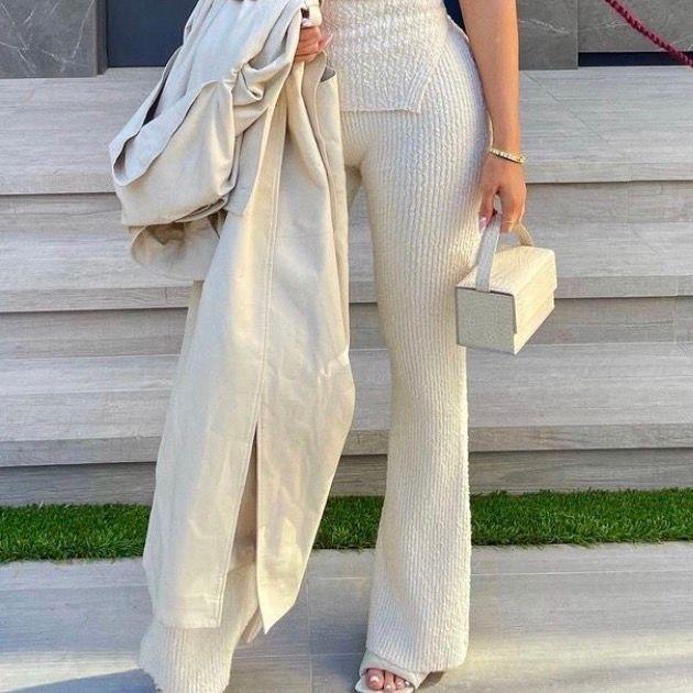 Säljer ett par exakt likadana ribbade byxor i storlek S som är super stretchiga (passar M också) bild 1 är lånad, mina är hel vita, skriv meddelande om hur byxorna ser ut på och ifall ni är intresserade💕. Jeans & Byxor.